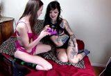 Amigas lésbicas se divertindo com o vibrador