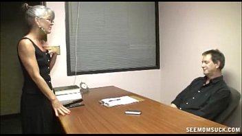 Velha secretária dando trato no patrão roludo