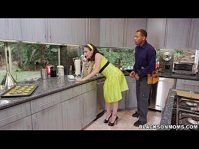 Dona de casa safada transando com dois negros