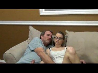 Pai faz sexo gostoso com a filha nerd gostosa