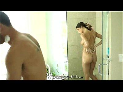 Foda romântica com a modelo peituda após o banho