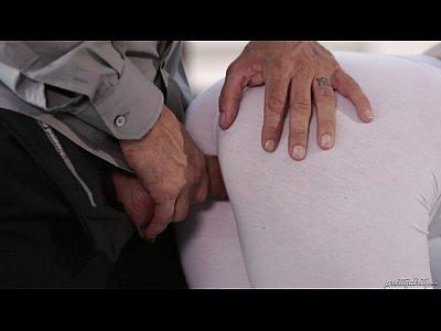 Loira Gostosa De Calça Legging Branca Dando Para O Careca No Sofá