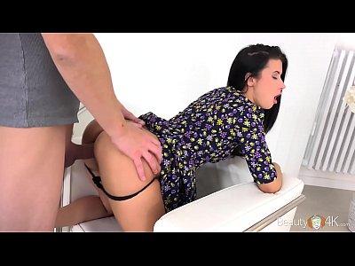 Morena empinada levando rola em sua bucetinha
