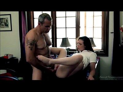 Novinha branca dando sua buceta gulosa pro pai