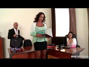 Fodeu no escritório com as duas secretárias peitudas e gostosas