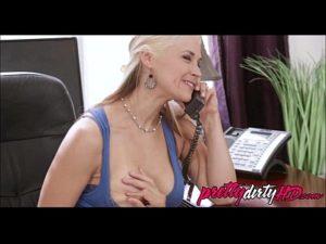 Garotão passou a pica na patroa gostosa enquanto ela falava com o marido corno ao telefone