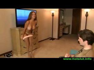 Porno gostosa novinha faz melhor strip para o jovem meter