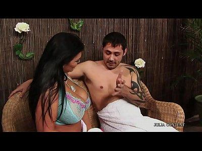 Sexo quente dotado de tatuagem com a amiga morena na espanhola