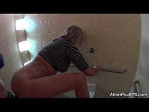 Trepando no banheiro com milf gostosa