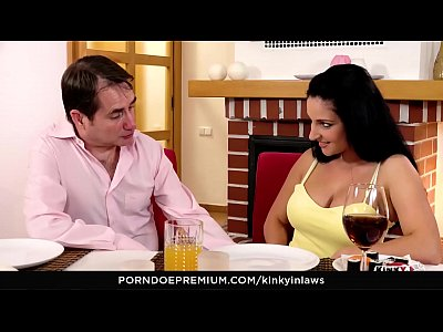Sexo na mesa de jantar com sua namorada puta