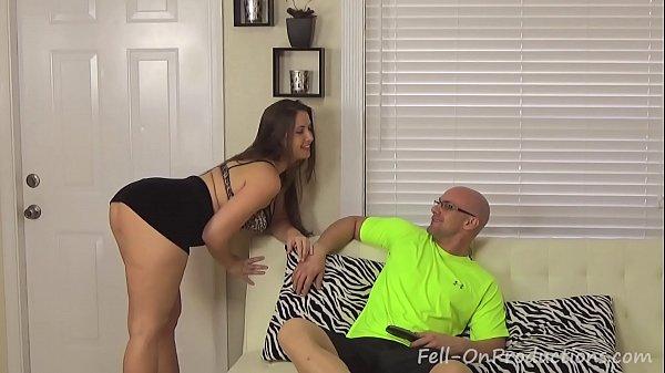 Coroa gostosa seduzindo o cunhado para foder no sofá