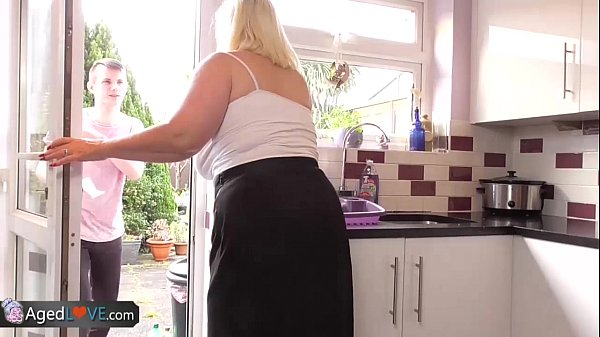 Dotado Invadiu A Casa Da Vizinha Mature E Fez Sexo