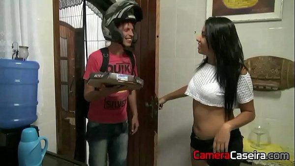 Sexo sem camisinha com entregador de pizza