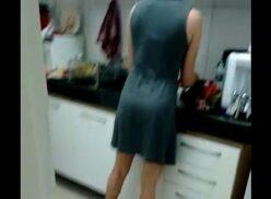 Pegando a empregada na cozinha