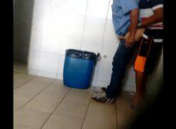 Gay dando o cu no banheiro