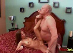 Abuelo teniendo sexo con nieta