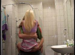 Hermano y hermana follando en el baño