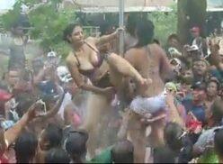 Mujeres quitandose la ropa bailando