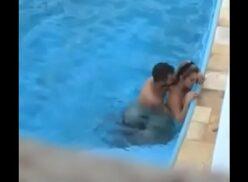 Mujeres desnudas en la piscina