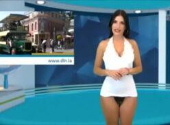 Reportera desnudando la noticia