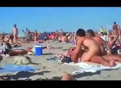 Reportera en playa nudista