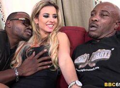 Vídeo porno de sexo a 3 homens dotados pegando loirinha