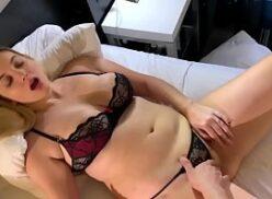 Novinha peituda fazendo sexo gozando na pica bem gostosa