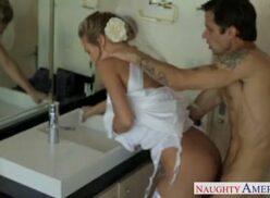 Pegando a irmã no banheiro e puxando a toaha